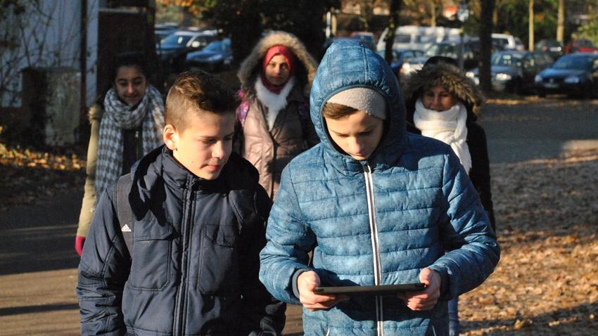 Schüler:innen-aus-aller-Welt-bei-Geocaching-(Foto-v.-Felix-Neumann,-JMD-Kehl)